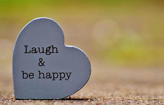 Steinherz mit Schriftzug Lachen und Fröhlich sein